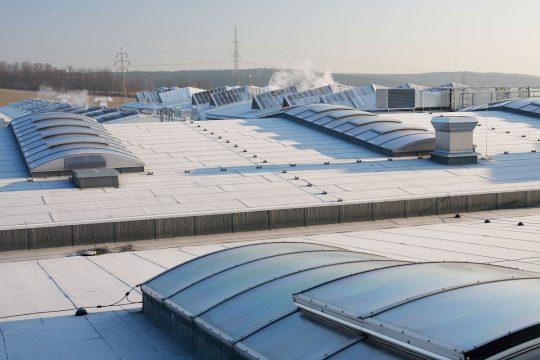 Flachdach mit sichtbaren Dachbahnen und Lichtkuppeln